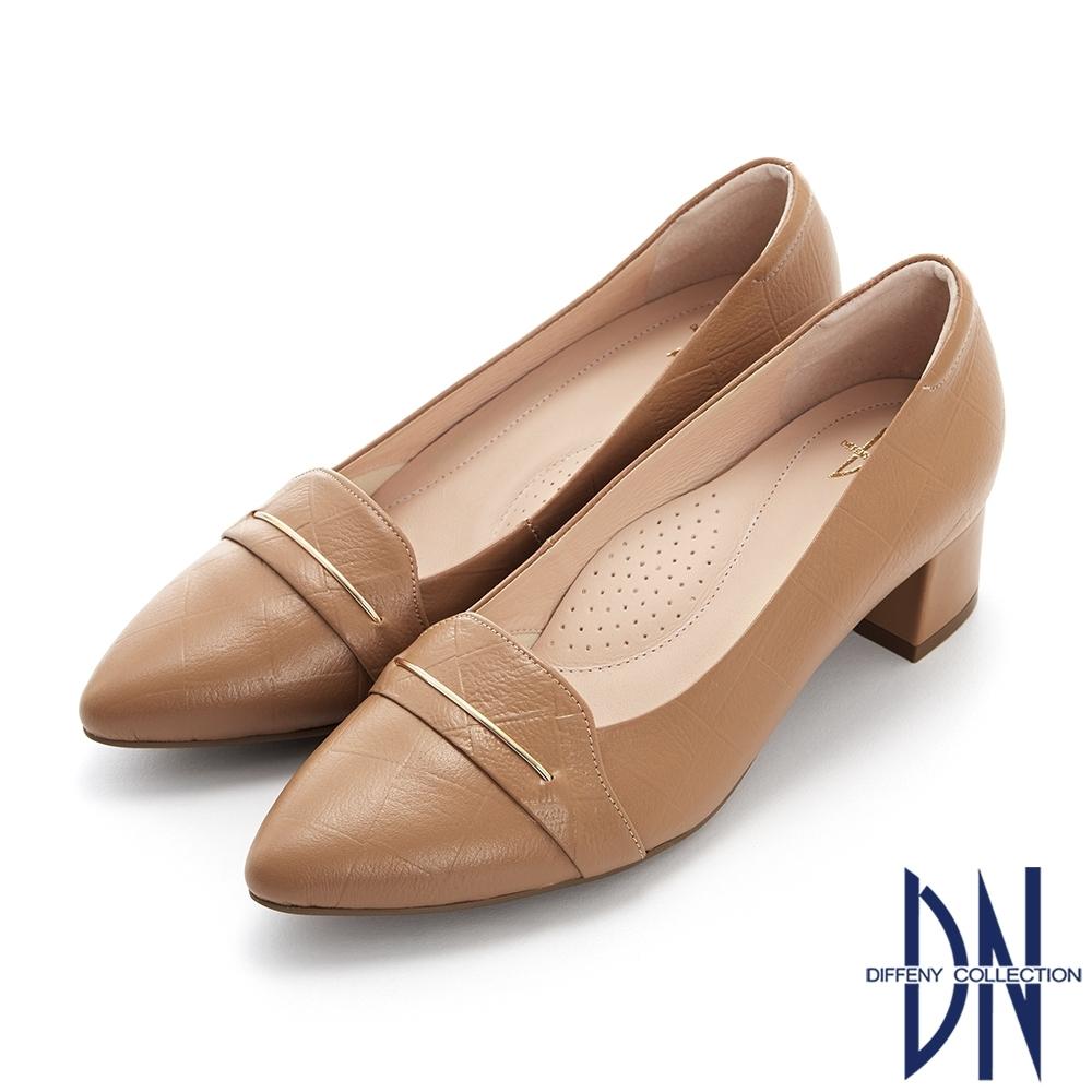 DN跟鞋_MIT素面壓紋金屬線條裝飾真皮粗跟鞋-咖