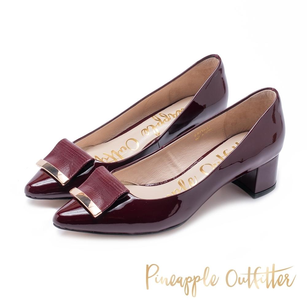 Pineapple Outfitter 低調微復古 金屬折飾尖頭粗跟鞋-鏡面酒紅