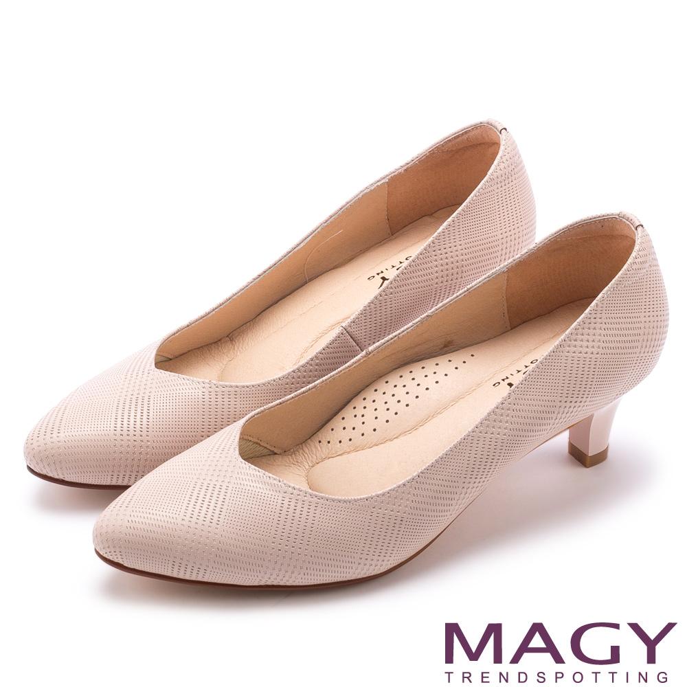 MAGY 氣質首選 壓紋羊皮V口尖頭中跟鞋-粉紅