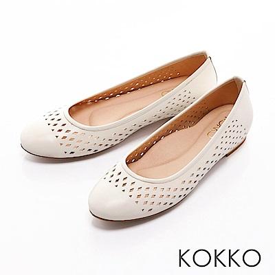 KOKKO- 舒適圓頭縷空幾何真皮平底金屬跟-淺米
