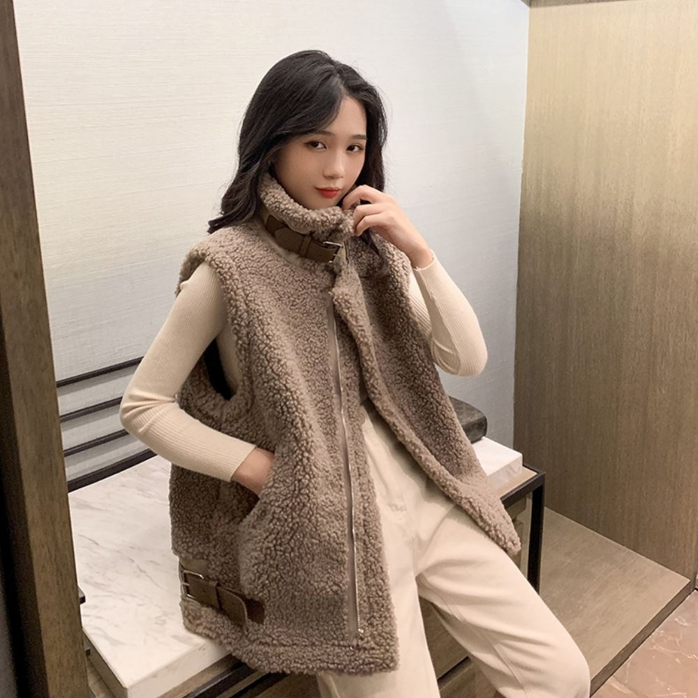 MOCO羊羔毛立領側口袋皮帶造型加厚坎肩無袖毛毛保暖背心L~4XL product image 1