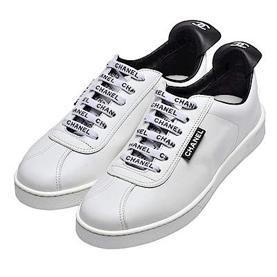 CHANEL 品牌字母標誌滑面小牛皮綁帶運動鞋(白)