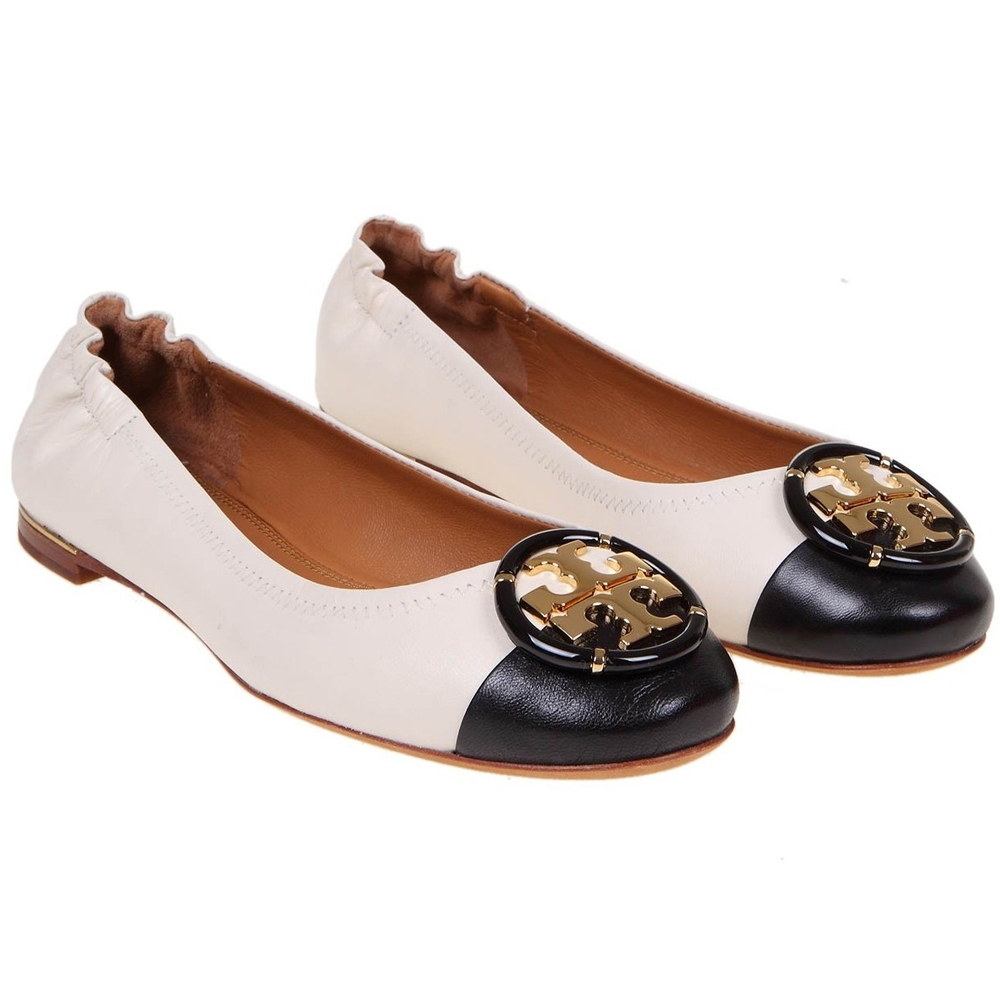 TORY BURCH  金屬LOGO盾牌撞色小牛皮平底鞋(黑/白)