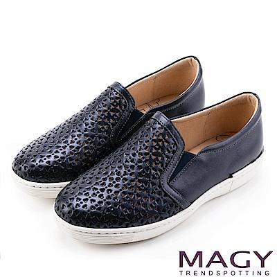 MAGY 輕甜休閒時尚 素面造型洞洞牛皮平底鞋-藍色