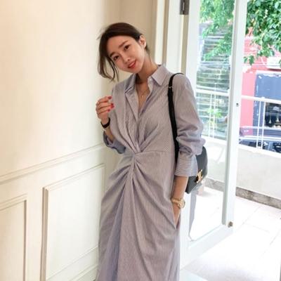 MOCO韓版時尚氣質收腰扭結抓皺藍色條紋側開叉連身洋裝