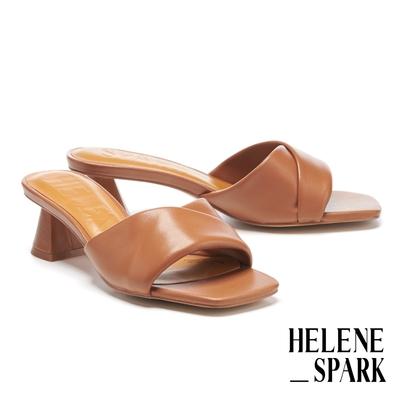 拖鞋 HELENE SPARK 慵懶時髦微V剪裁全羊皮方頭高跟拖鞋-棕