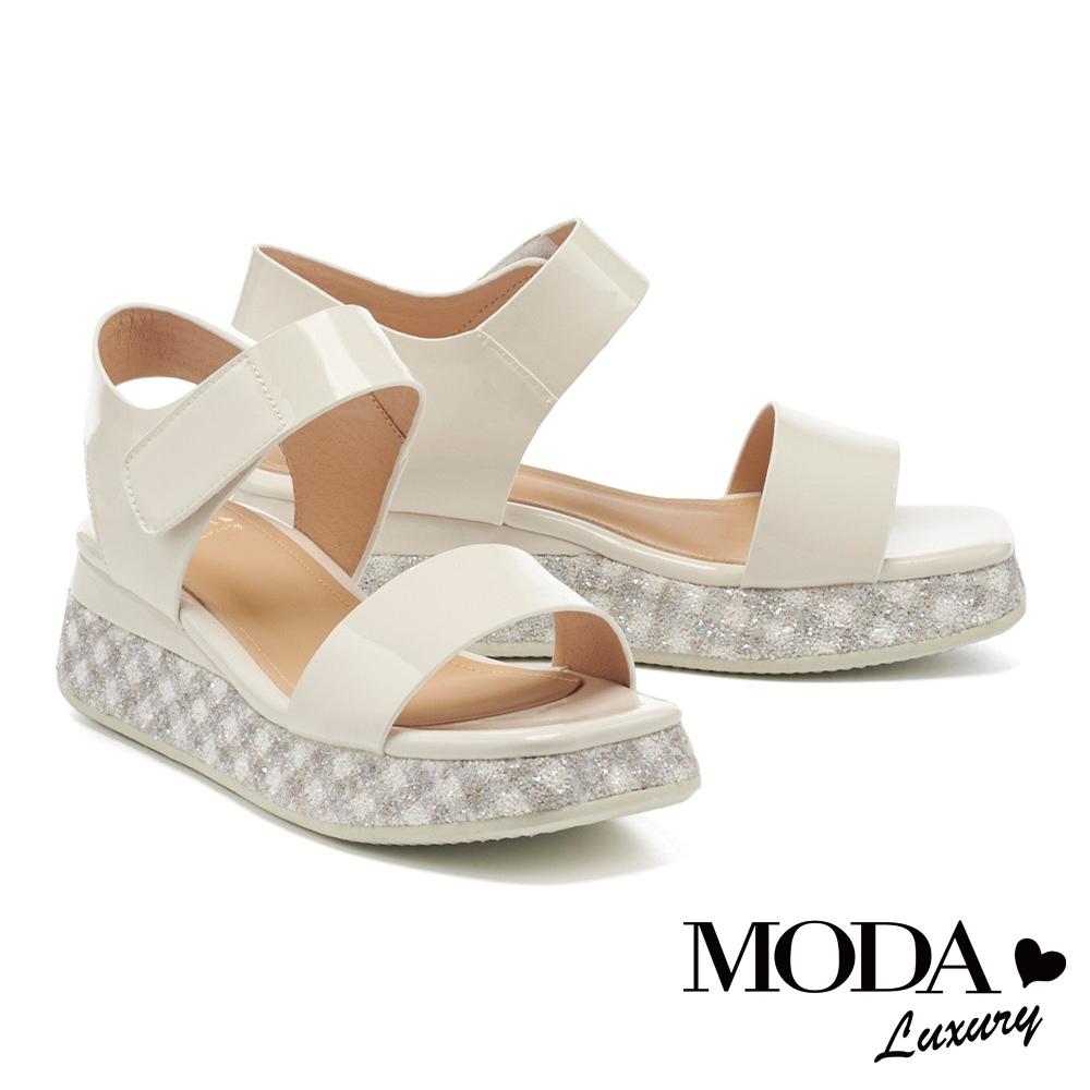 涼鞋 MODA Luxury 夏日清新亮感漆皮一字魔鬼氈厚底涼鞋-白
