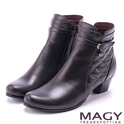 MAGY 經典復古樂活 牛皮菱格縫線粗跟短靴-咖啡