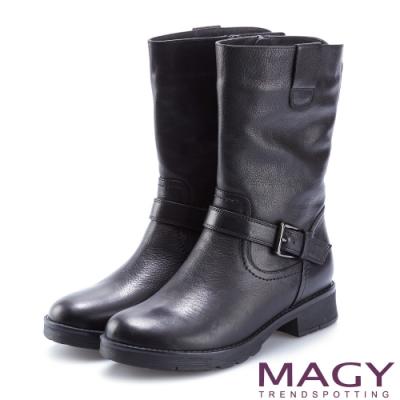 MAGY 紐約時尚步調 個性騎士皮帶釦環粗跟中筒靴-黑色