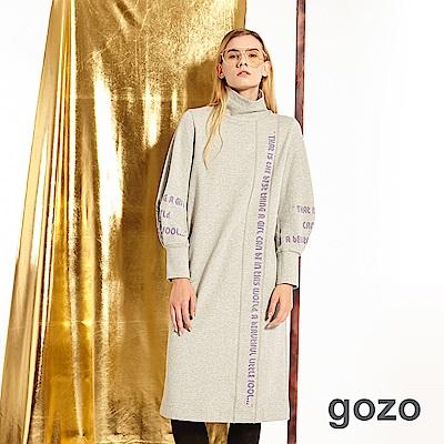 gozo 不規則主題字母印花高領洋裝(二色)
