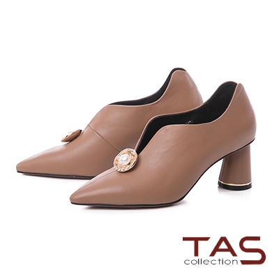 TAS珍珠金屬圓飾羊皮V口尖頭高跟鞋-焦糖卡其