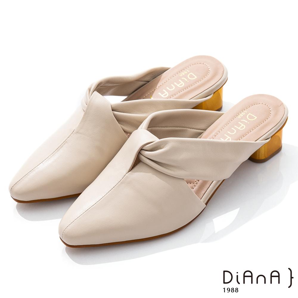 DIANA 4cm質感羊皮俐落剪裁扭帶尖頭低跟穆勒鞋–都會時尚-米白