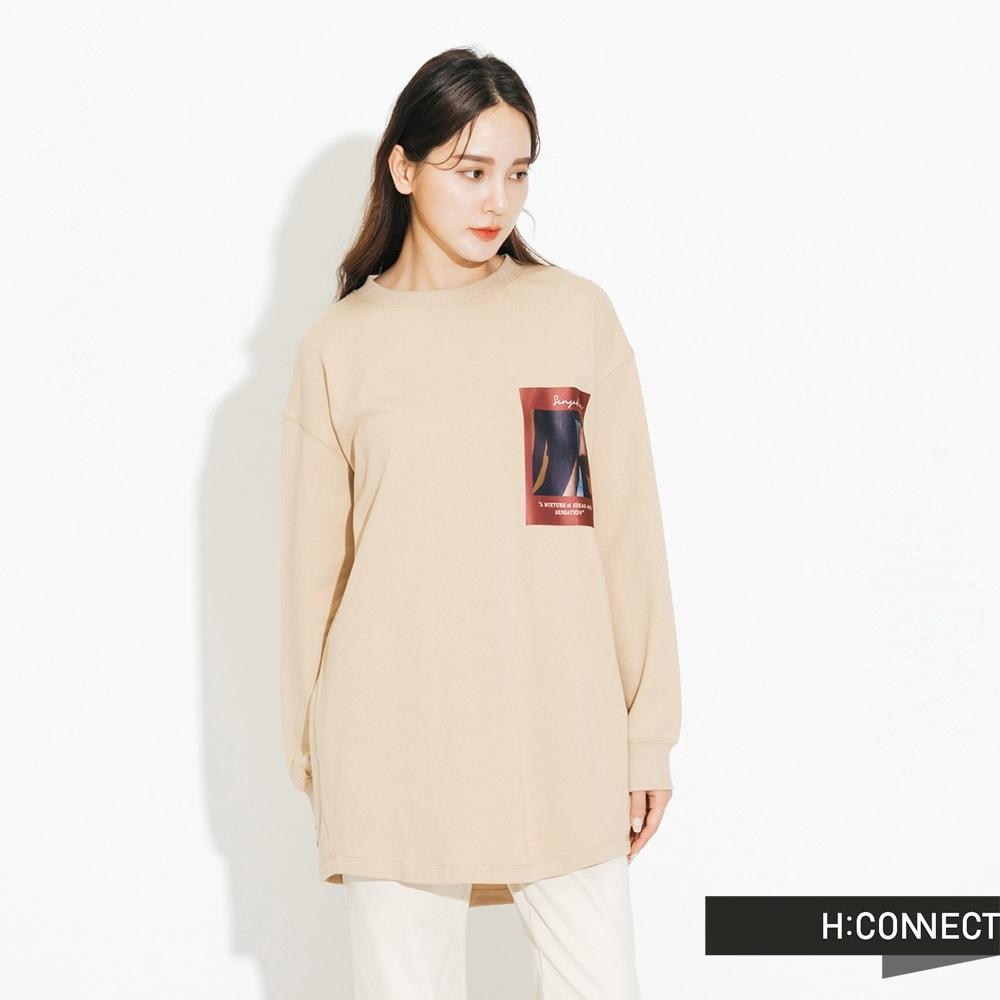 H:CONNECT 韓國品牌 女裝-彩圖落肩休閒上衣-卡其