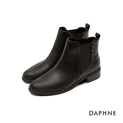 達芙妮DAPHNE 短靴-素色佐金屬鉚釘圓頭粗跟短靴-黑
