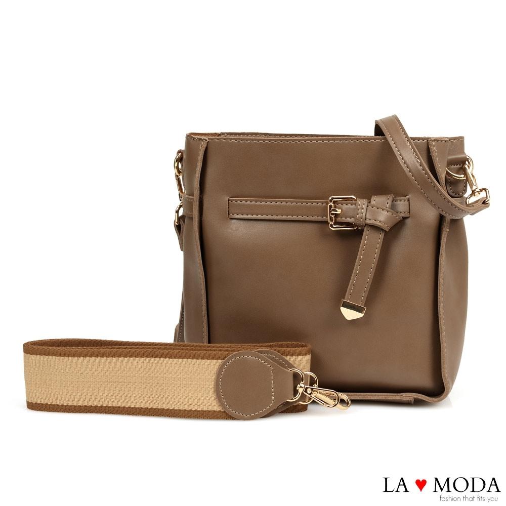 La Moda 完美穿搭舒適寬背帶方釦墜飾多背法肩背斜背方包(深杏)