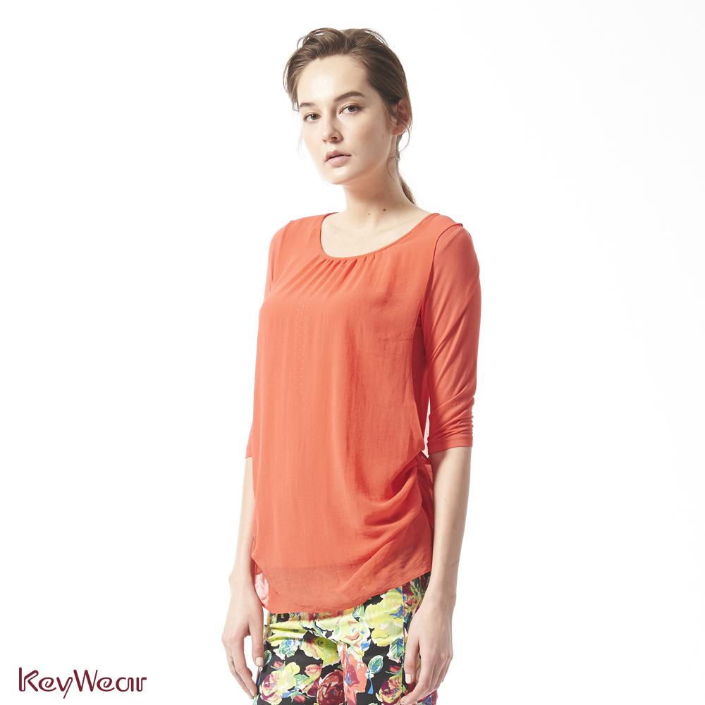 KeyWear奇威名品     特殊涼感紗材質低調水鑽七分袖上衣-橘紅色