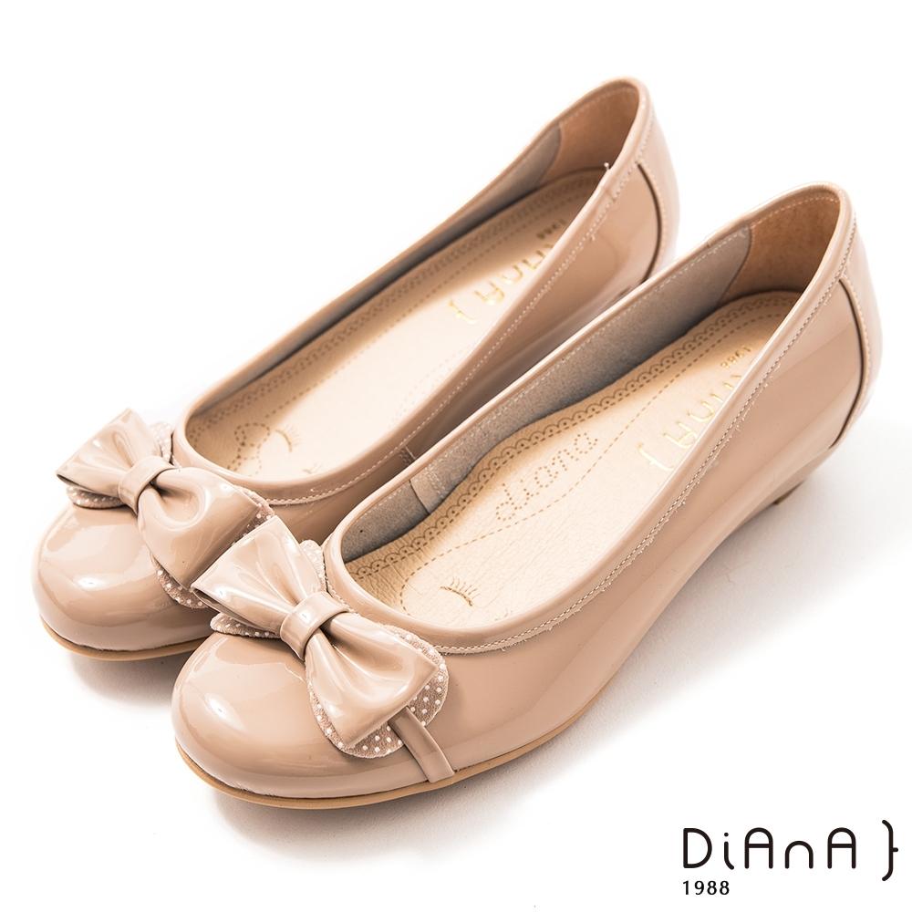 DIANA 3cm甜心漆皮雙拼接點點蝴蝶結楔型娃娃低跟鞋–漫步雲端焦糖美人-太妃糖