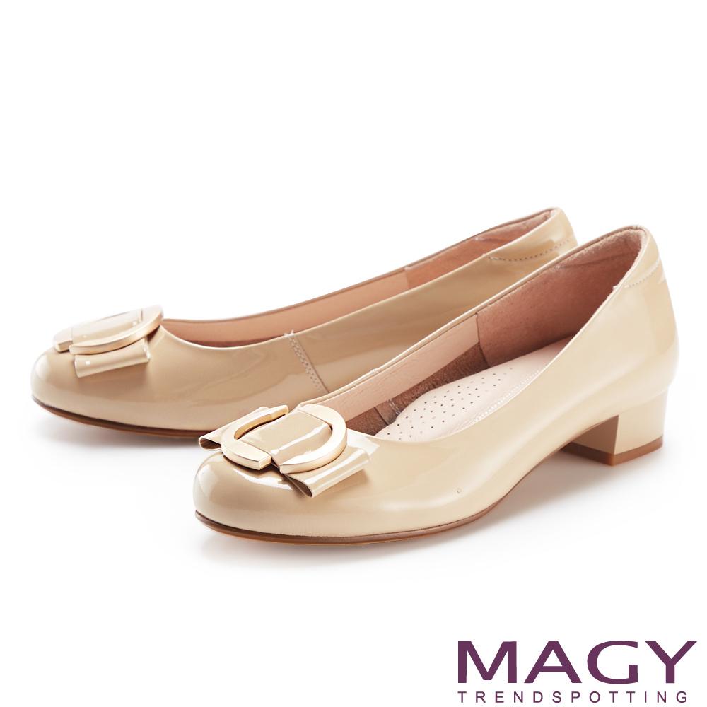 MAGY 蝴蝶結簍空圓釦真皮 女 粗低跟鞋 裸色