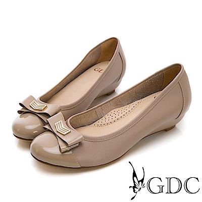 GDC-真皮蝴蝶結素面金屬扣拼接楔型跟鞋-可可色