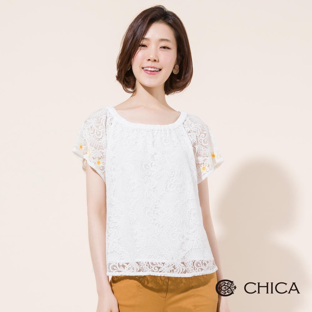 CHICA 質感蕾絲鏤空袖口花朵刺繡上衣(2色)