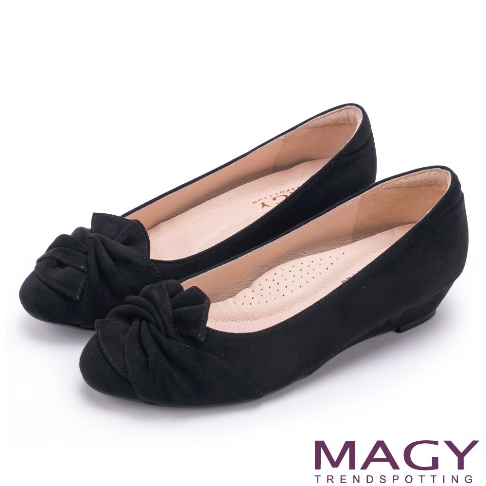 MAGY 復古上城女孩 扭結布料質感楔型低跟鞋-黑色