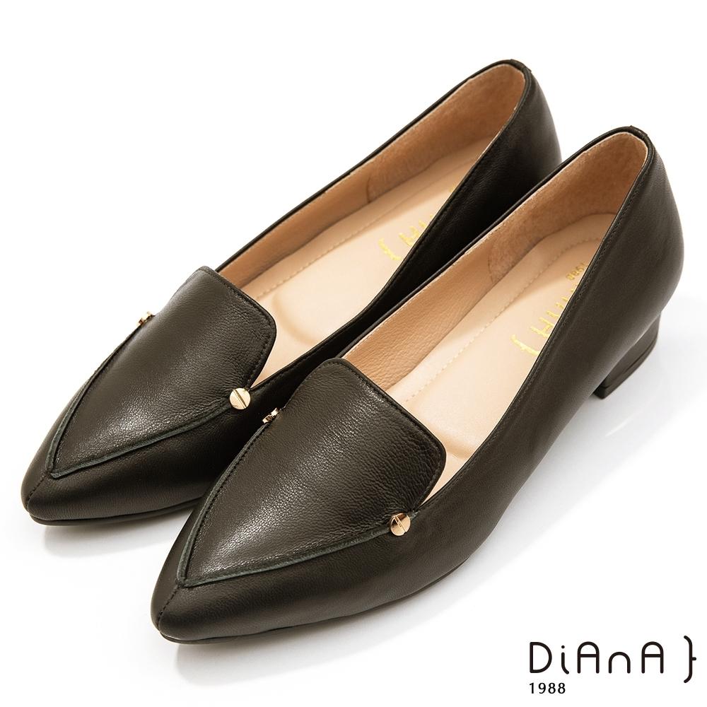 DIANA 2.7cm–細緻羊皮金屬鉚釘v字微笑縫線尖頭樂福跟鞋-溫潤質感–黑水晶