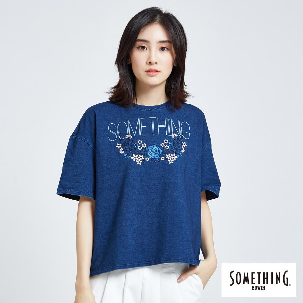 SOMETHING 刺繡花朵落肩圓領T恤-女-漂淺藍