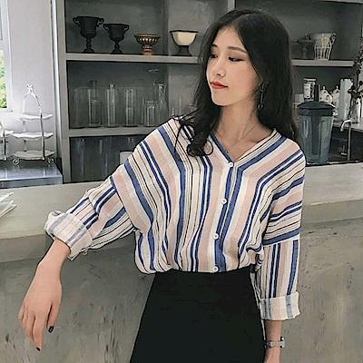 La Belleza雙V領背交叉亮色拼色條紋棉麻排釦襯衫