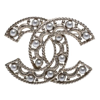 CHANEL 經典雙C LOGO簍空珍珠鑲飾造型胸針(金)
