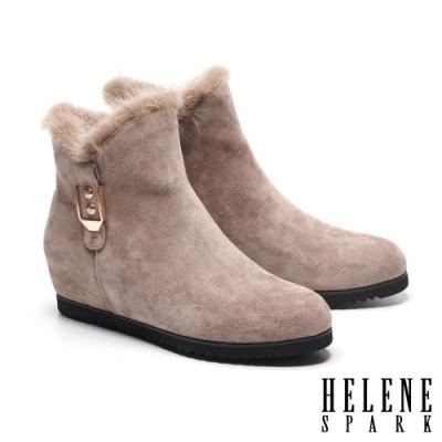 短靴 HELENE SPARK 輕奢暖意貂毛金屬釦麂皮內增高短靴-可可