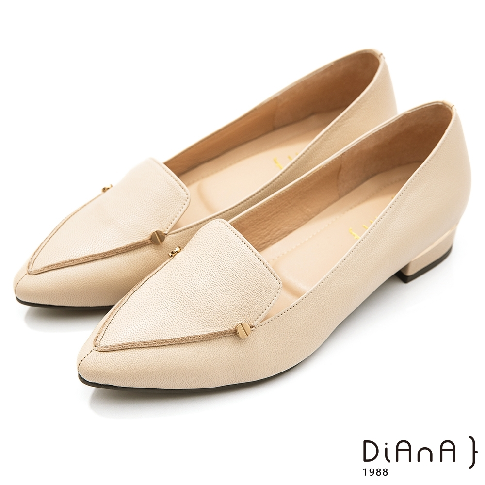 DIANA 2.7cm–細緻羊皮金屬鉚釘v字微笑縫線尖頭樂福跟鞋-溫潤質感–珍珠米