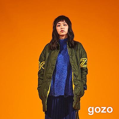 gozo 撞色印字輕盈感鋪棉外套(橄欖綠)