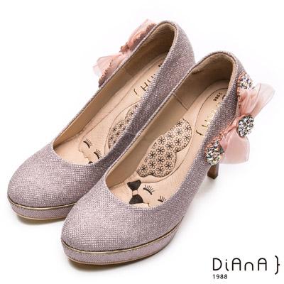 DIANA 漫步雲端瞇眼美人款—側蕾絲水鑽蝴蝶飾釦跟鞋-粉紫金