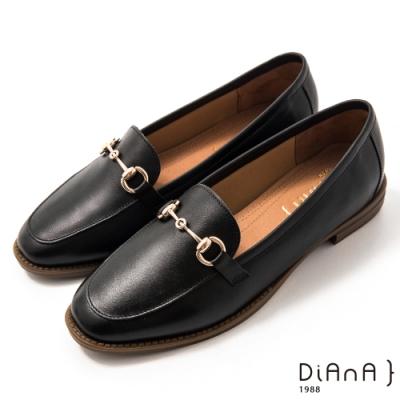 DIANA 2.5 cm質感牛皮擦色馬銜釦飾低跟樂福鞋-漫步雲端焦糖美人-黑