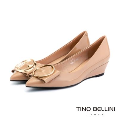 Tino Bellini牛漆皮高貴金釦楔型鞋_膚