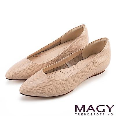 MAGY 清新氣質款 親膚舒適尖頭平底鞋-壓紋棕