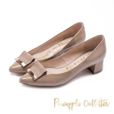 Pineapple Outfitter 低調微復古 金屬折飾尖頭粗跟鞋-鏡面杏