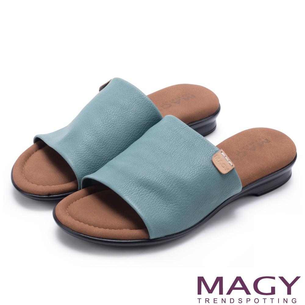 MAGY 簡約夏日 超軟皮革寬版一字平底拖鞋-藍色