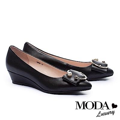 低跟鞋 MODA Luxury 優雅C型珍珠飾釦羊皮楔型低跟鞋-黑