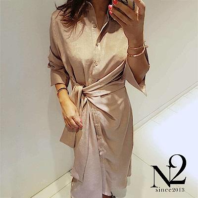 洋裝 正韓緞面金屬光澤綁帶造型襯衫式洋裝(杏粉) N2