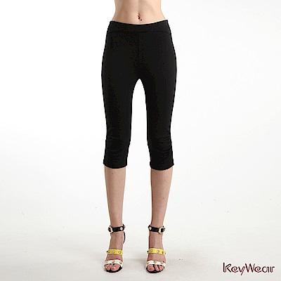 KeyWear奇威名品     抽褶造型內搭五分褲-黑色