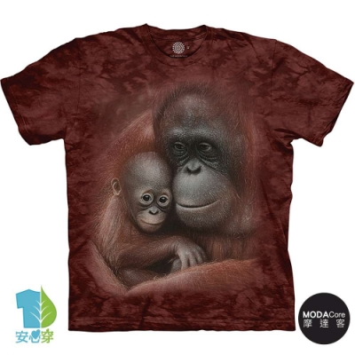 摩達客-美國進口The Mountain 依偎紅毛猩猩 純棉環保藝術中性短袖T恤