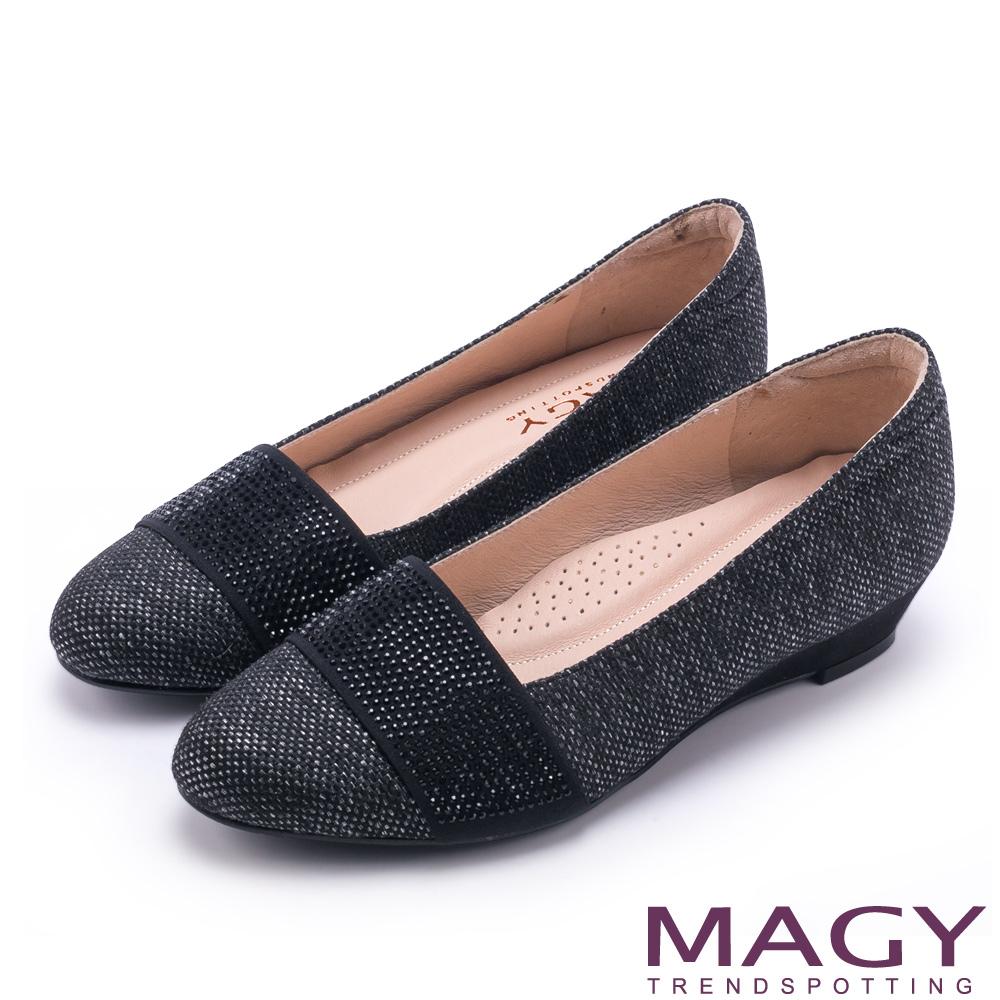 MAGY 復古上城女孩 質感布料鬆緊帶楔型低跟鞋-深灰