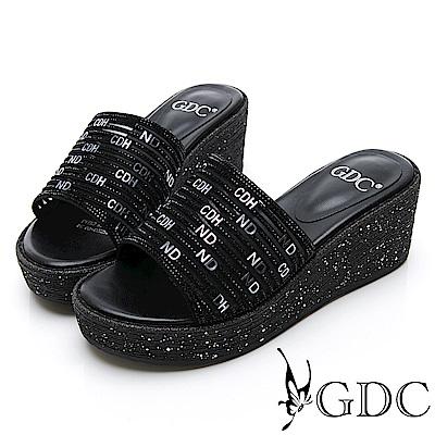 GDC-亮面設計英文字母時尚楔型底台拖鞋-黑色