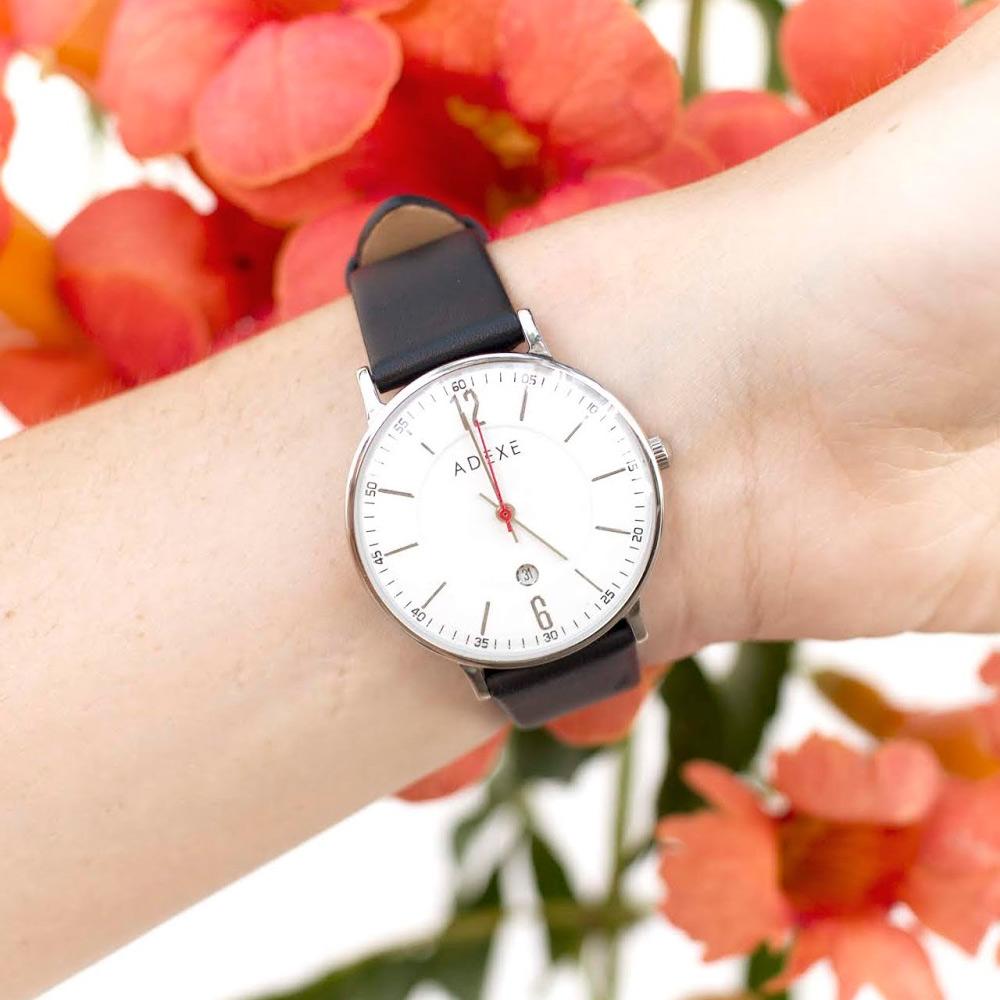 ADEXE 英國時尚手錶 MAC日期顯示系列白錶盤x銀錶框皮革錶帶32.5mm