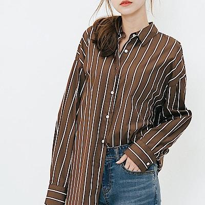 H:CONNECT 韓國品牌 女裝-簡約中長版直條紋襯衫-咖啡
