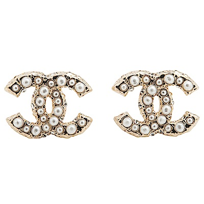 CHANEL 經典雙C LOGO立體珍珠邊鑲水鑽穿式耳環 (金色)