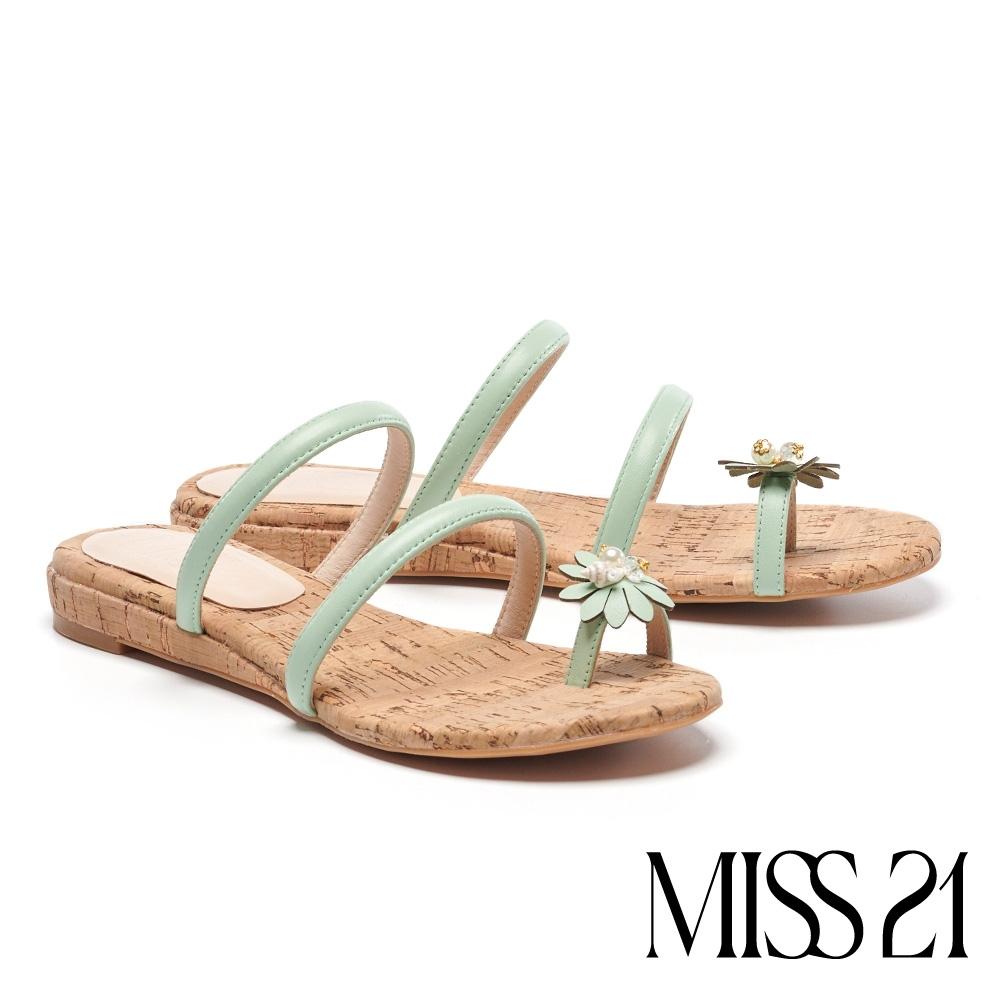 拖鞋 MISS 21 清新度假風珍珠貝飾條帶楔型低跟拖鞋-綠