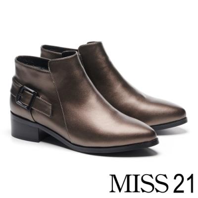 短靴 MISS 21 低調亮澤斜釦帶裝飾尖頭粗跟靴-古銅