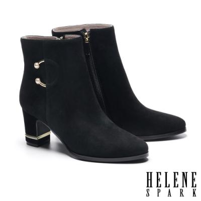短靴 HELENE SPARK 輕奢優雅珍珠 C 釦造型全真皮粗高跟短靴-黑